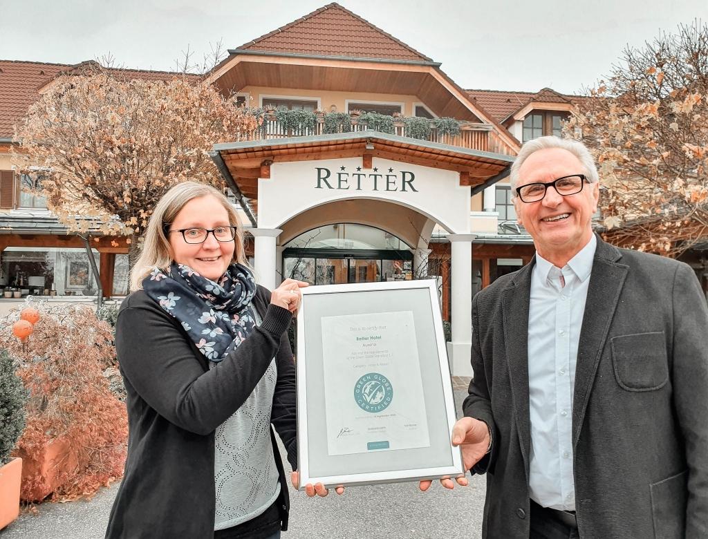 Daniela Lang und Karl Rainer vor dem Biohotel Retter mit der Urkunde der Green Globe Zertifizierung