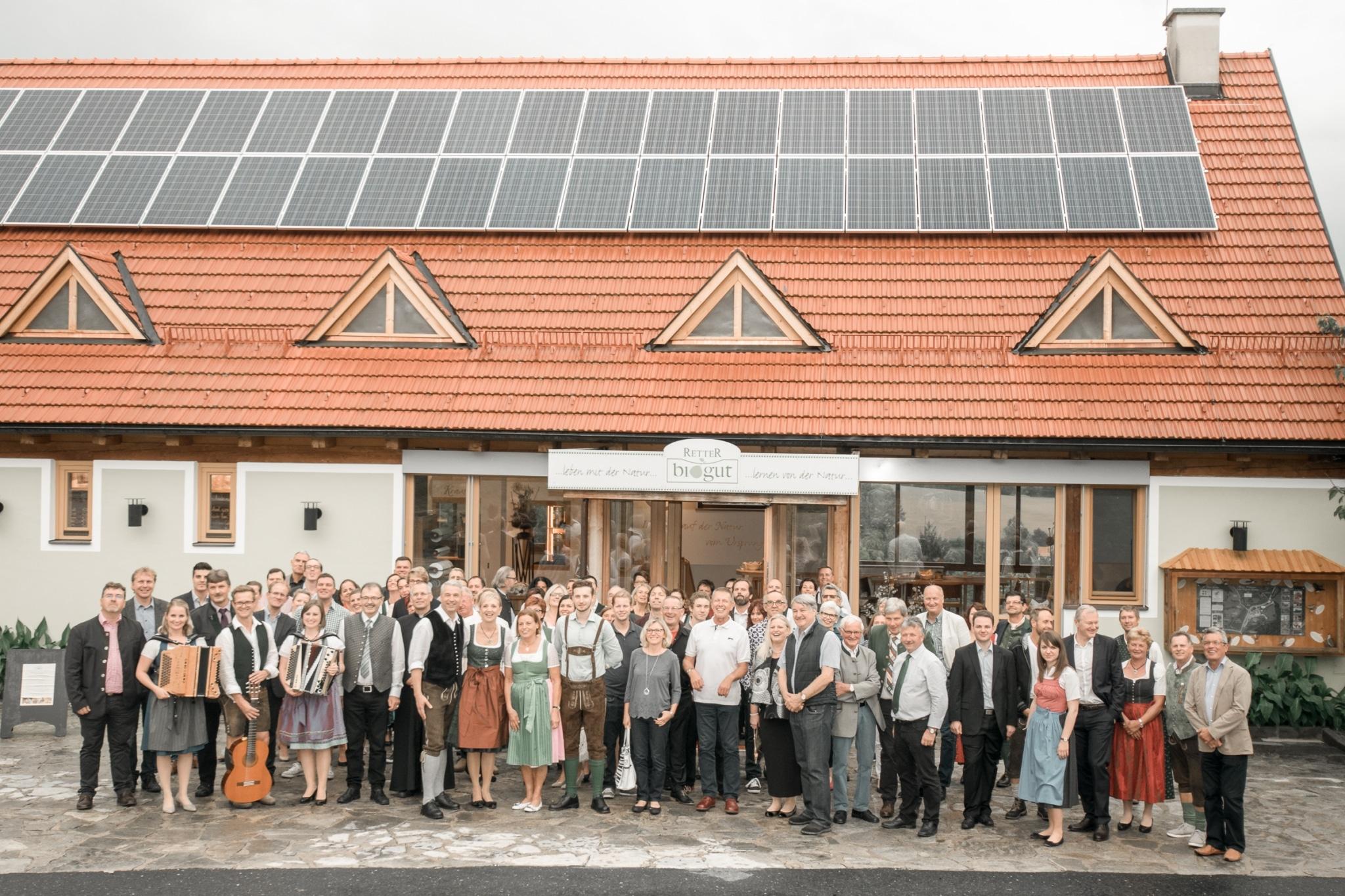 Gruppenfoto vor dem neueröffneten BioGut und 30 Jahre Seminarhotel Retter