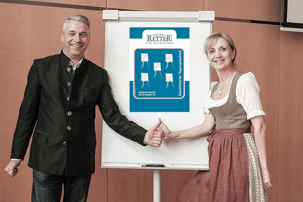 Ulli und Hermann Retter freuen sich über die Auszeichnung 5 Flipcharts für das Seminarhotel Retter
