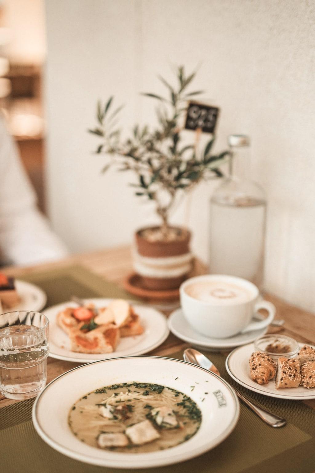 Suppen, Brötchen und Mehlspeise vom Allzeit-Genuss-Buffet