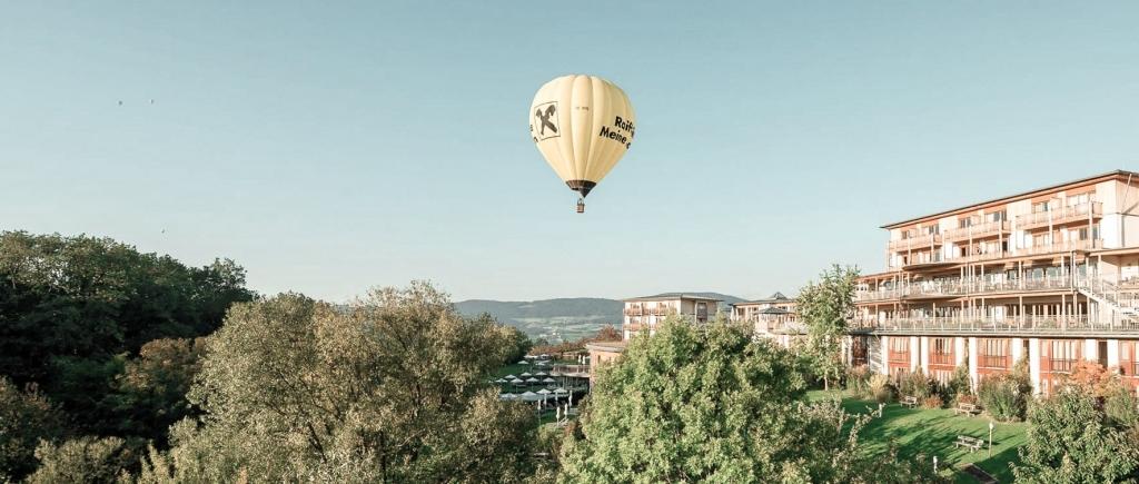 Heißluftballon über dem Bio-Natur-Resort Retter