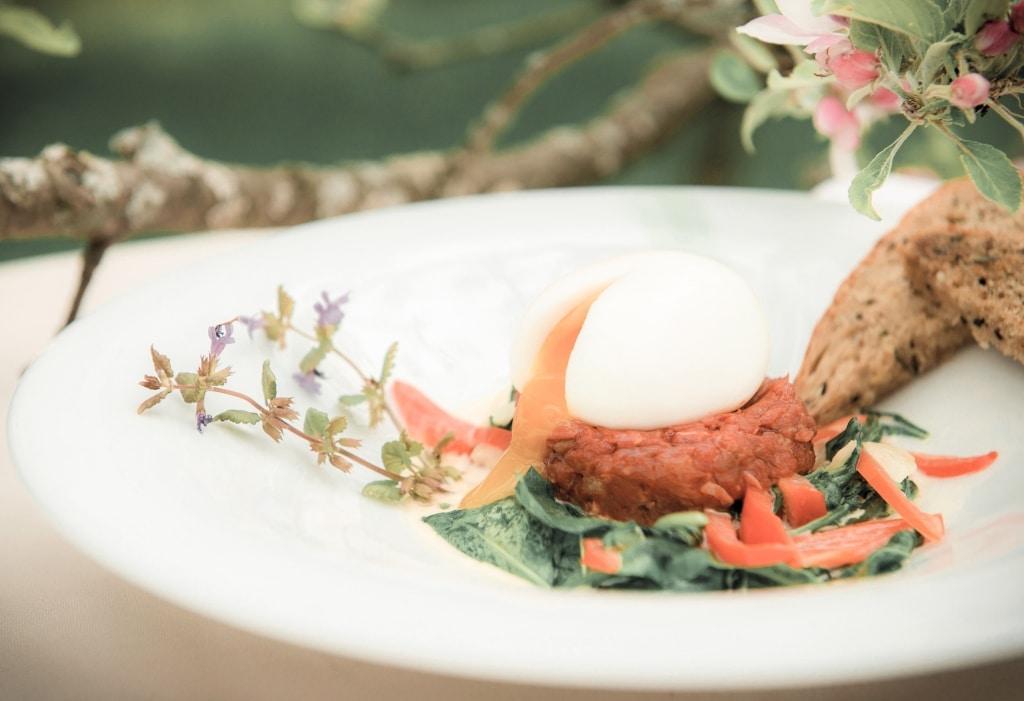Beef Tartare mit Ei im Biohotel Retter