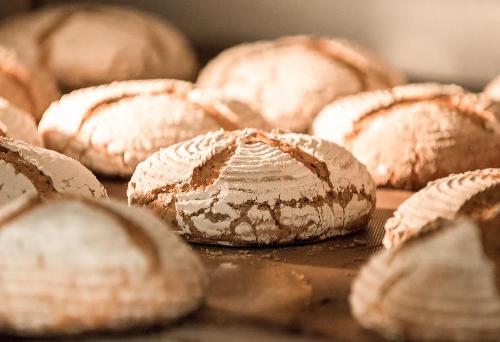 Frisches Bio-Brot im Backofen des Retter BioGut