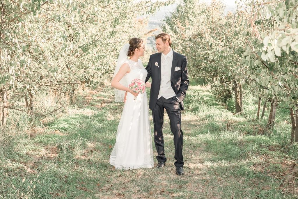 Brautpaar im Streuobstgarten