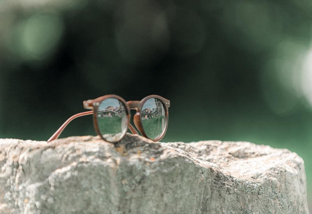 Sonnenbrille auf Stein im Garten der Sinne vom Biohotel Retter
