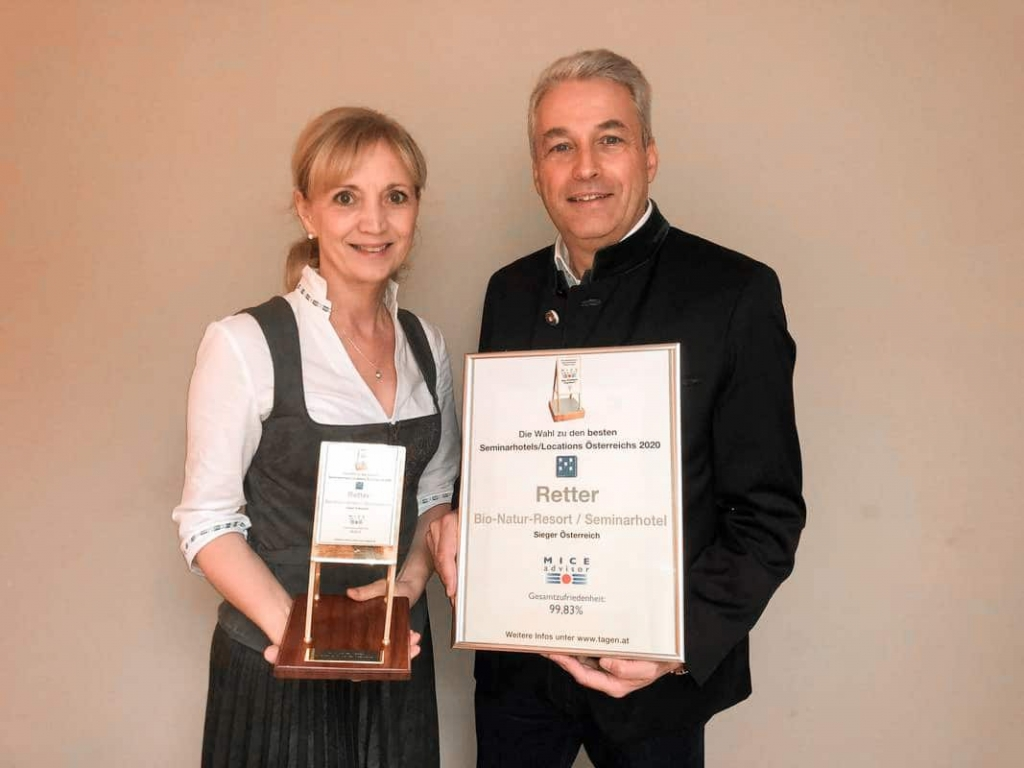 Ulli und Hermann Retter freuen sich über den Award Goldenes Flipchart des Seminarhotels Retter