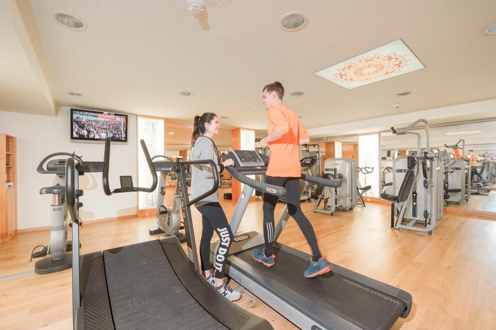 Laufbänder im Fitnessraum des Biohotels Retter