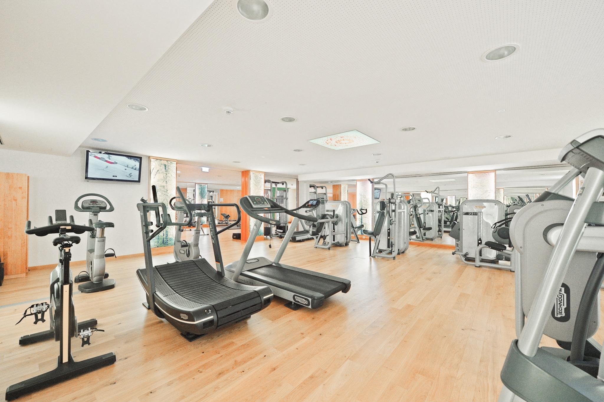 Fitnessraum mit Geräten im Biohotel Retter