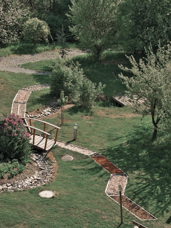 Barfußweg im Garten der Sinne des Biohotels Retter