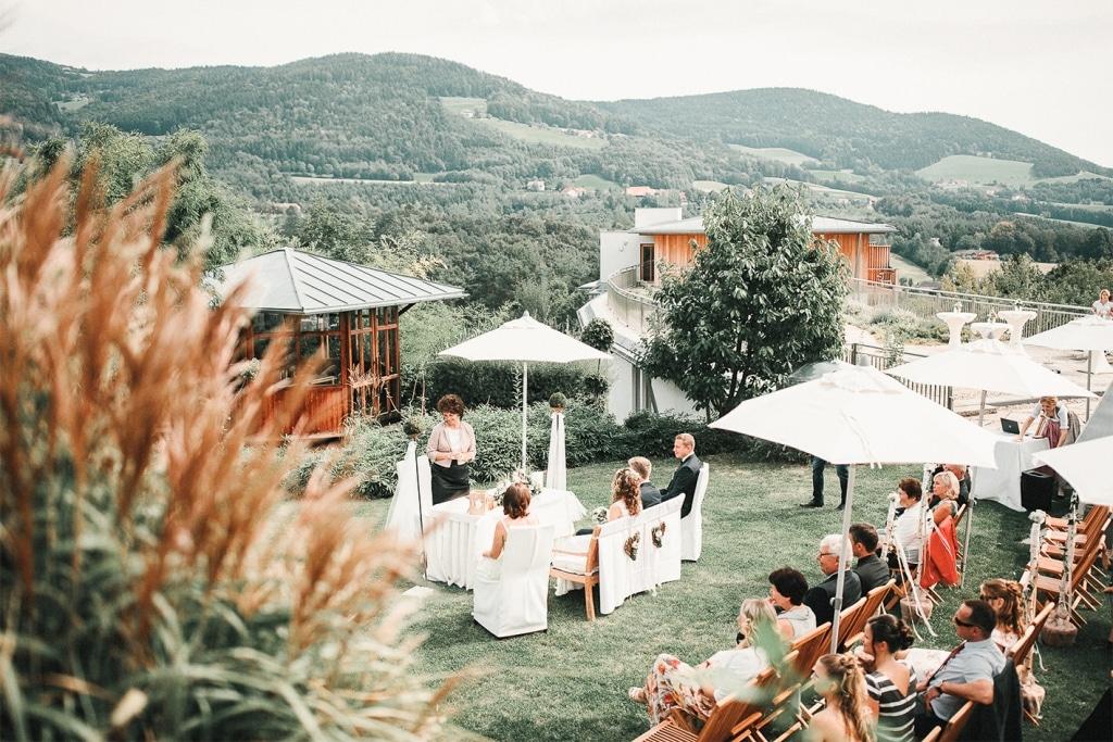 Gartenhochzeit mit Gästen