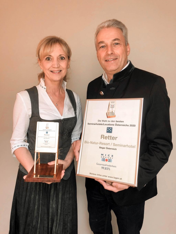 Ulli und Hermann Retter freuen sich über die Auszeichnung 18x bestes Seminarhotel Österreichs