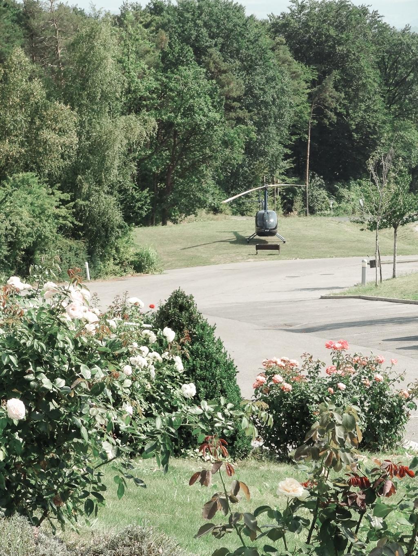 Hubschrauber auf Landeplatz im Biohotel Retter