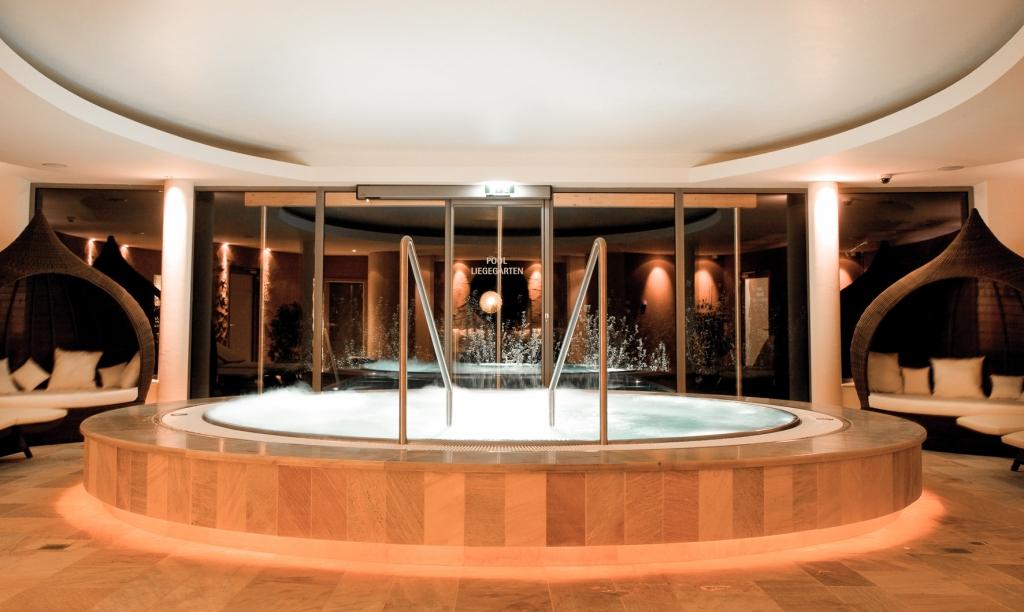 Innenwhirlpool im Wellnessbereich des Biohotels Retter