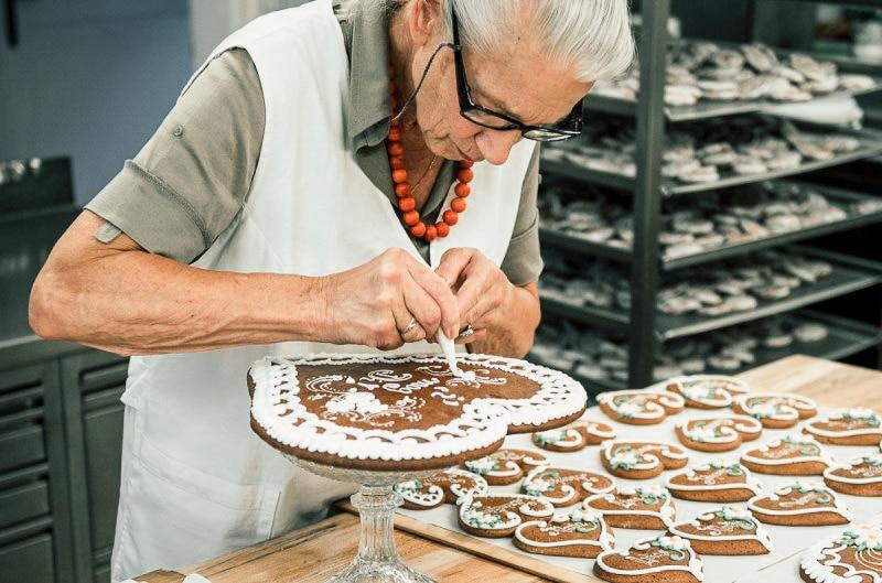 Lebkuchen verzieren in der Konditorei Ebner Ausflugsziel vom Biohotel Retter