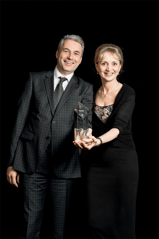 Ulli und Hermann Retter freuen sich über den Award Leader of the year des Seminarhotels Retter