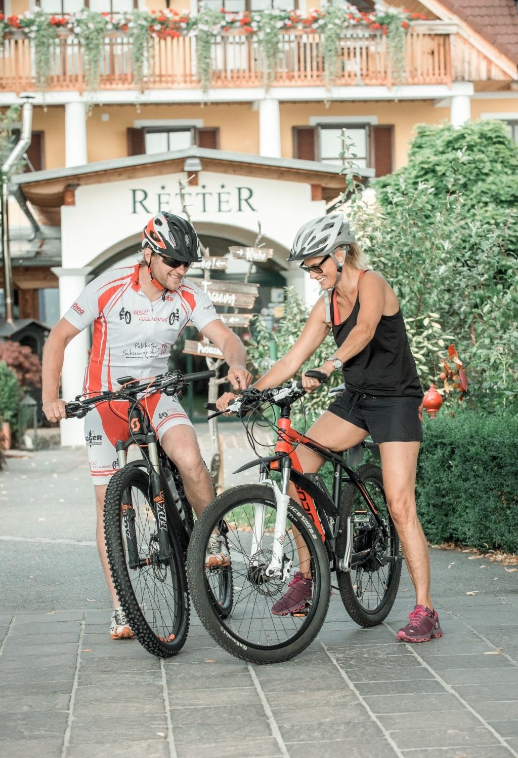 Radfahrer vor Eingang des Biohotels Retter