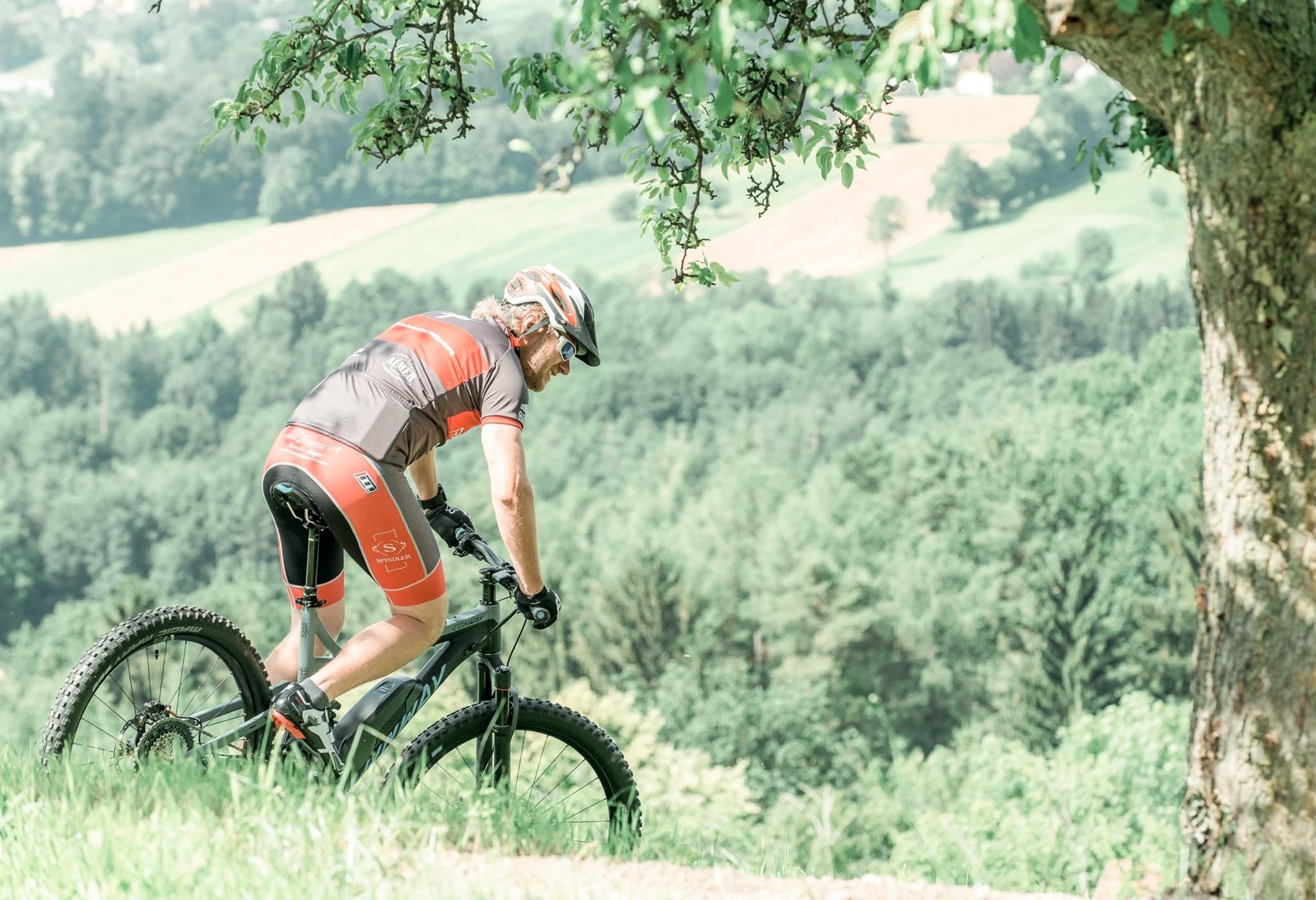 Radfahrer in der Natur rund um das Biohotel Retter