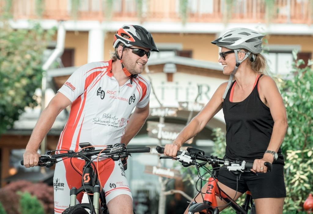 Radfahrer vor Eingang beim Biohotel Retter