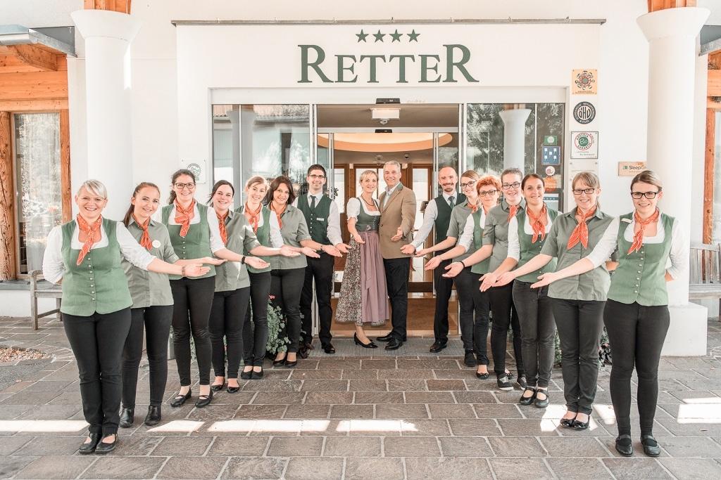 Rezeptionsteam vor Eingang mit Ulli und Hermann Retter Biohotel Retter