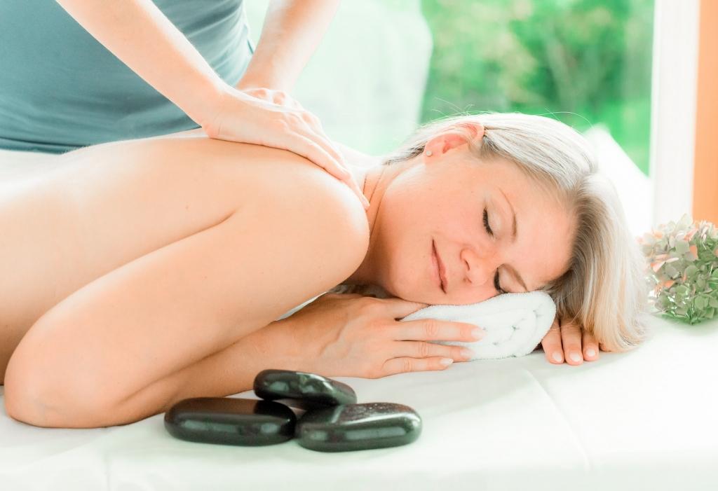 Rückenmassage Hot Stone im Wellnesshotel Retter