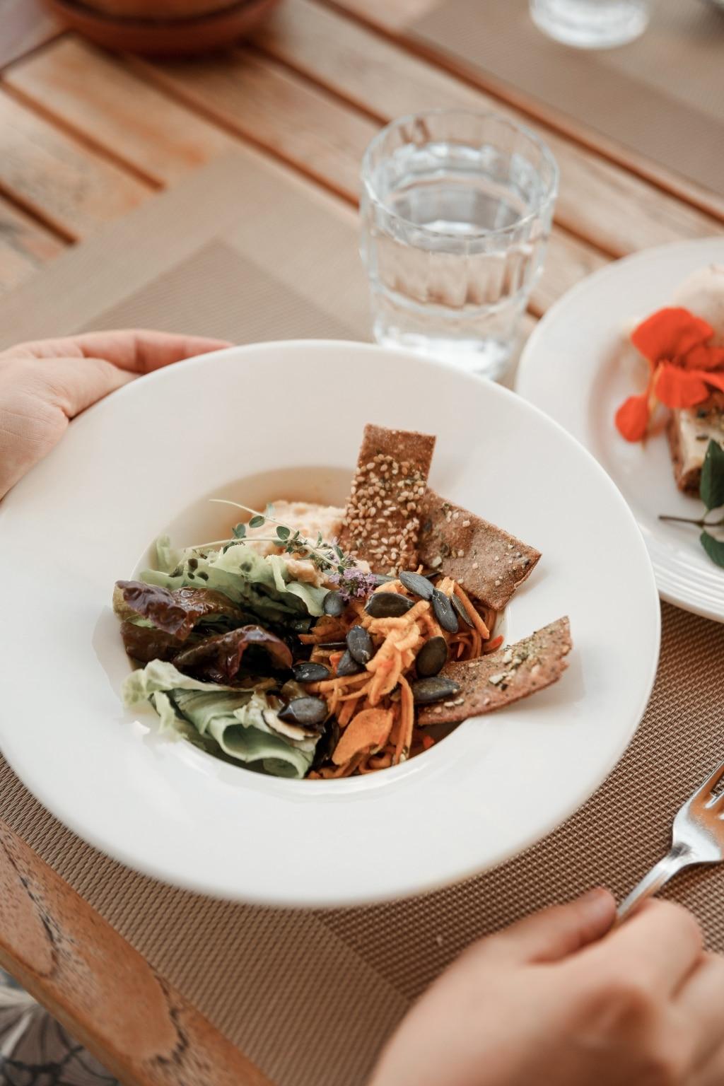 Salat mit Waldstaudencracker vom Biohotel Retter