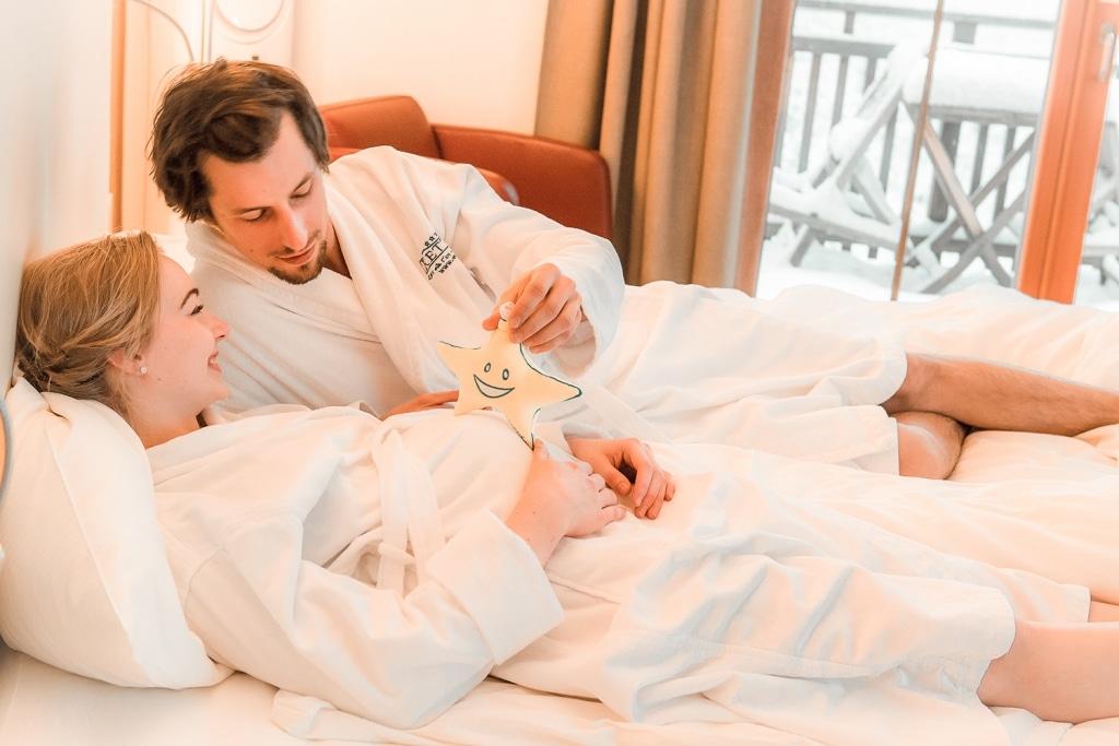 Schwangere Dame mit Partner im Wellnesshotel Retter