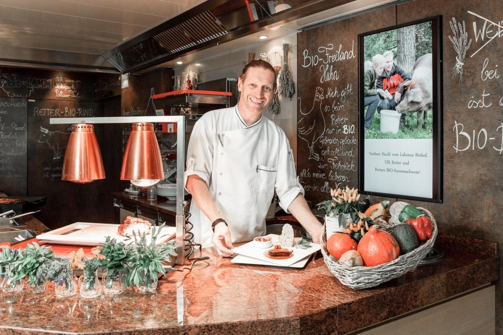 Küchenchef Jürgen Archam mit Schweinsbraten im Biorestaurant Retter