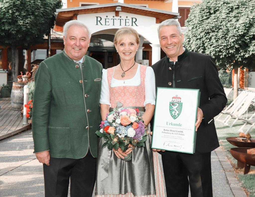 Ulli und Hermann Retter mit Hermann Schützenhöfer mit Urkunde des Steirischen Landeswappen vor dem Biohotel Retter