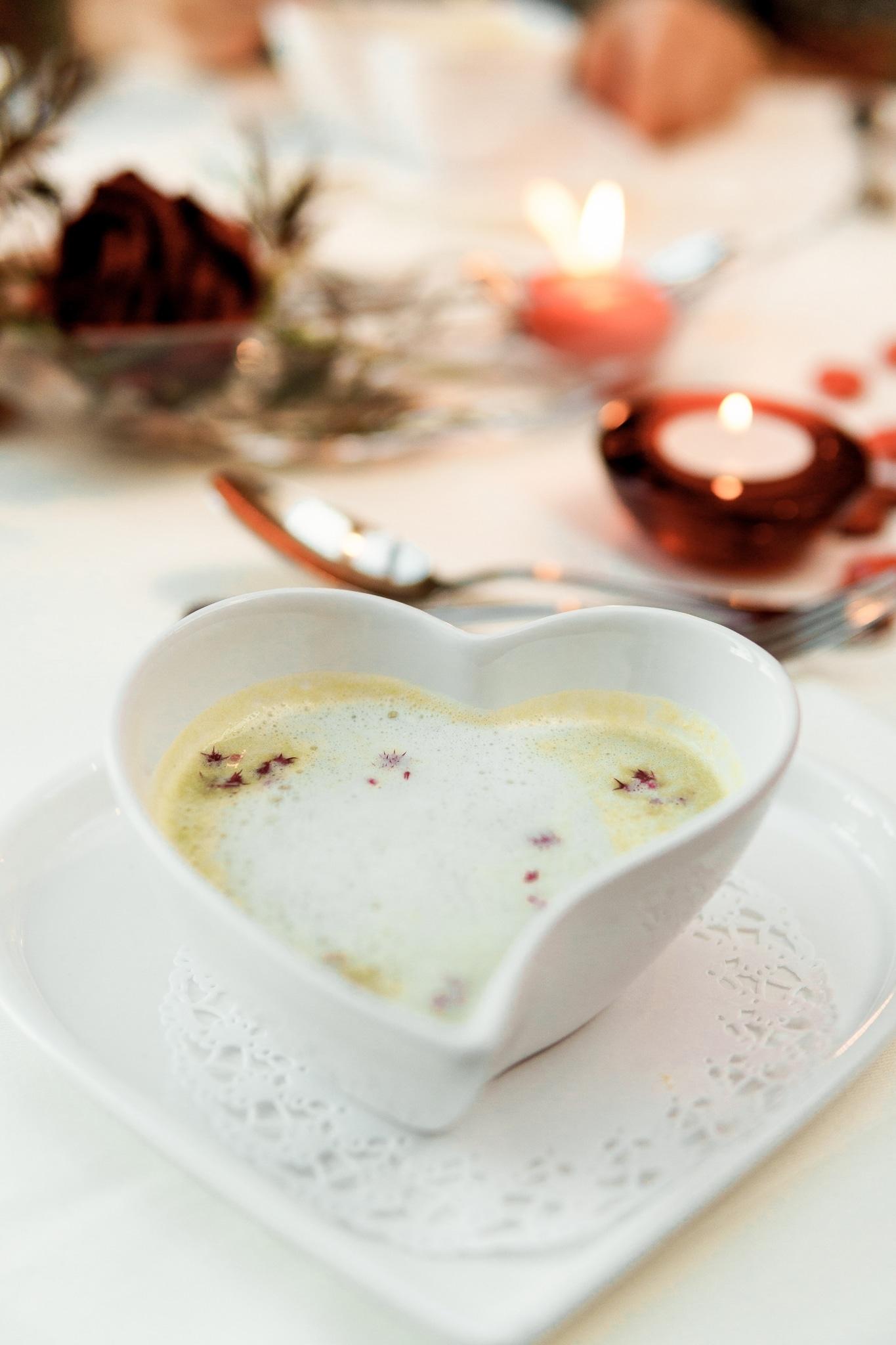 Vegetarische Suppe in Herzschüssel im Biorestaurant Retter