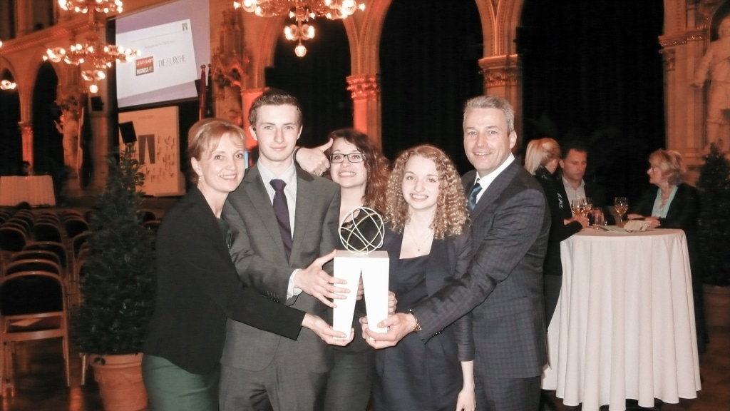 Familie Retter freut sich über den Trigos Award 2013 des Seminarhotels Retter