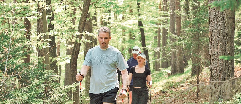 Hermann Retter mit Gästen beim Nordic Walking rund um den Pöllauberg