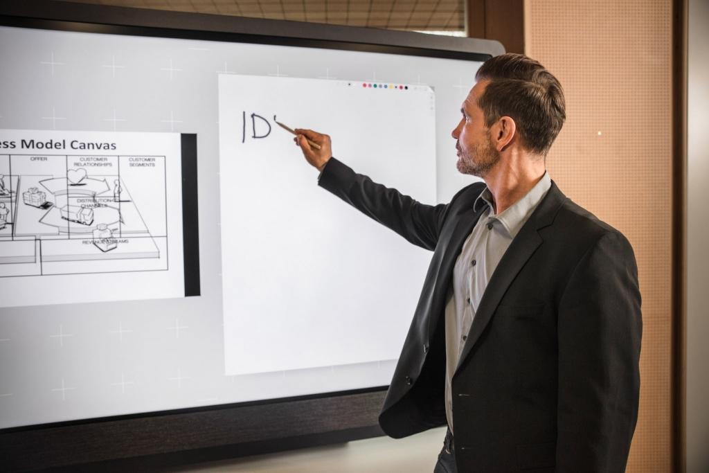 Mann zeichnet auf Weframe im Seminarhotel Retter
