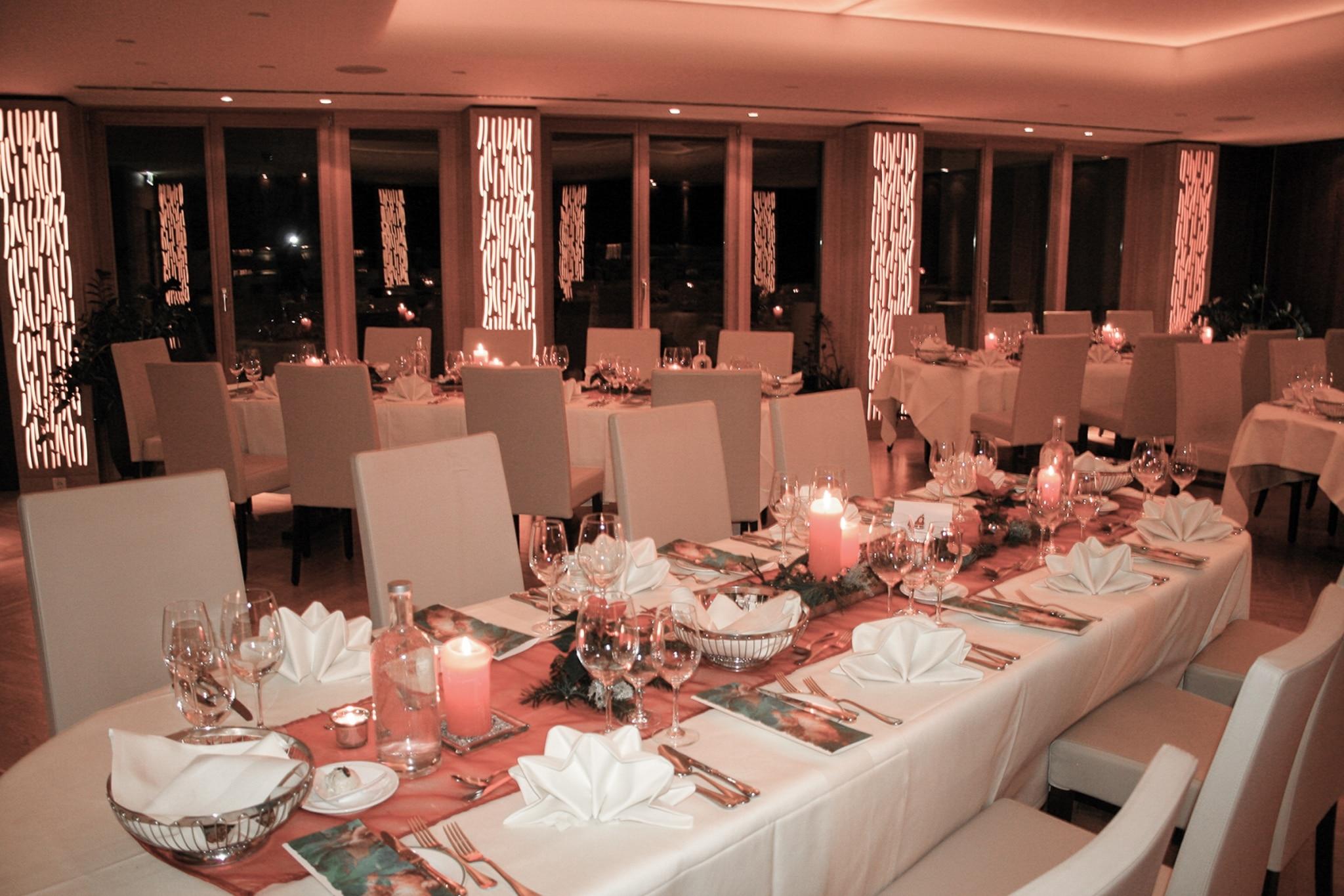 Saal mit gedeckten Tischen für Weihnachtsfeier im Biorestaurant Retter