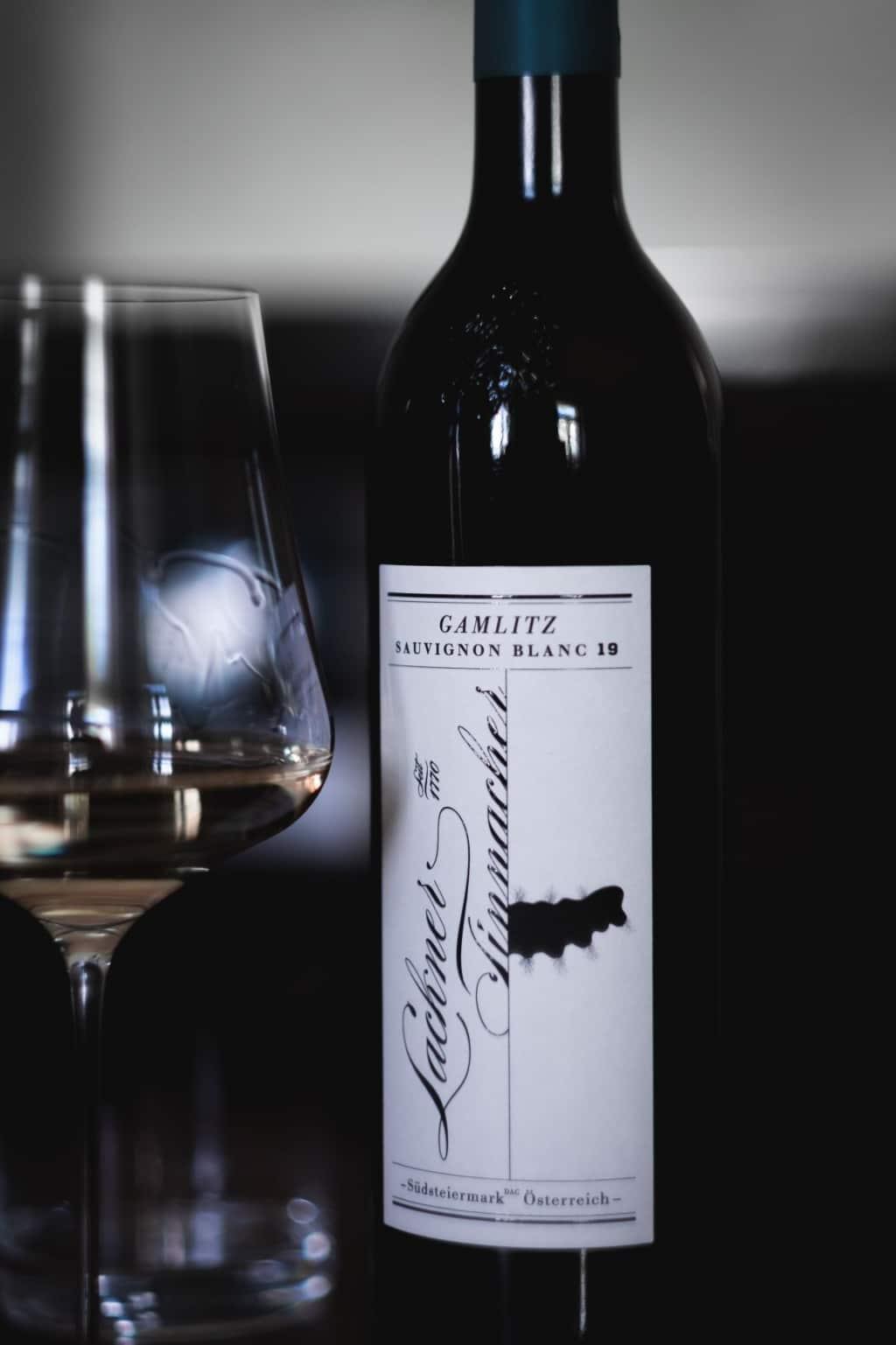 Lieferant Bioweingut Lackner-Tinnacher Weinflasche mit Glas