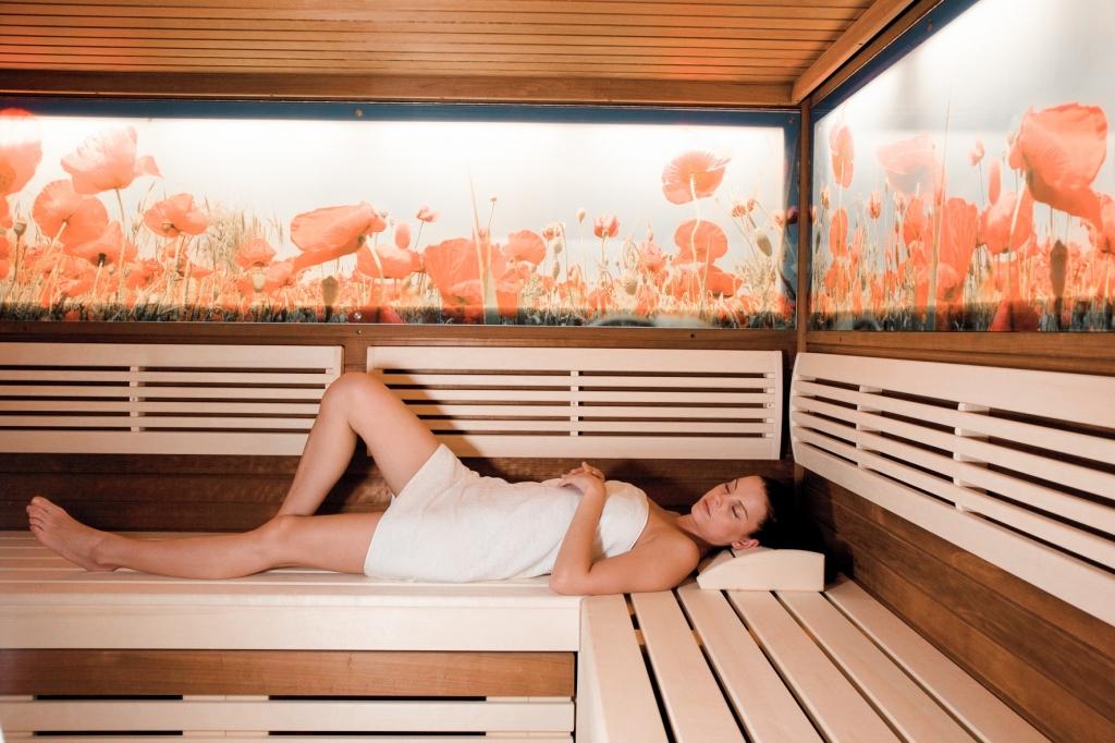 Dame liegend in Wiesenblumensauna im Biohotel Retter