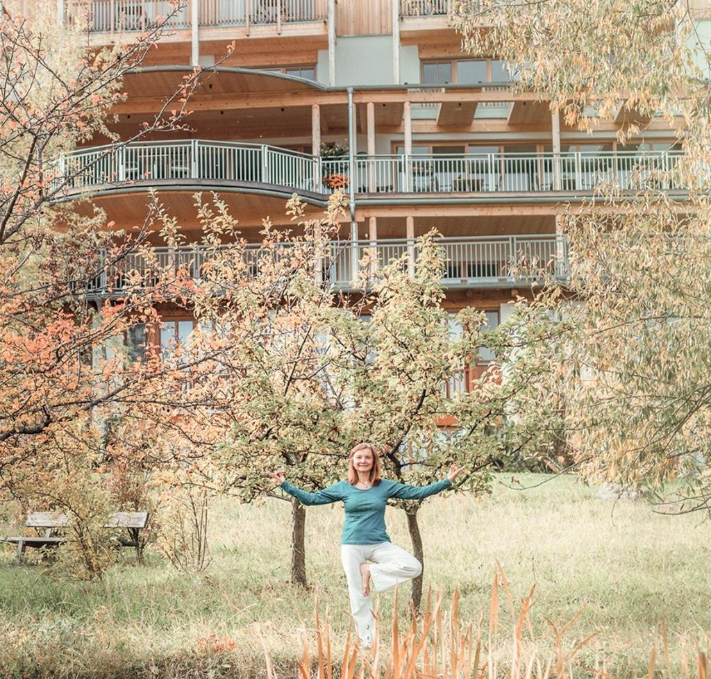 Christa Havlik hinter dem Biohotel Retter mit Yoga