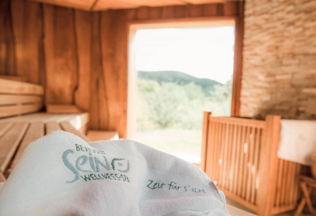 Zeit für S'ICH Handtuch in Sauna im Wellnessbereich des Biohotels Retter