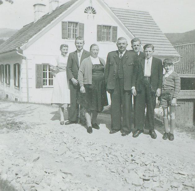 Familienbild Familie Retter vorm Gasthof Retter