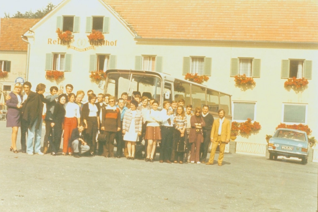 Reisegruppe vor dem Retter Gasthof