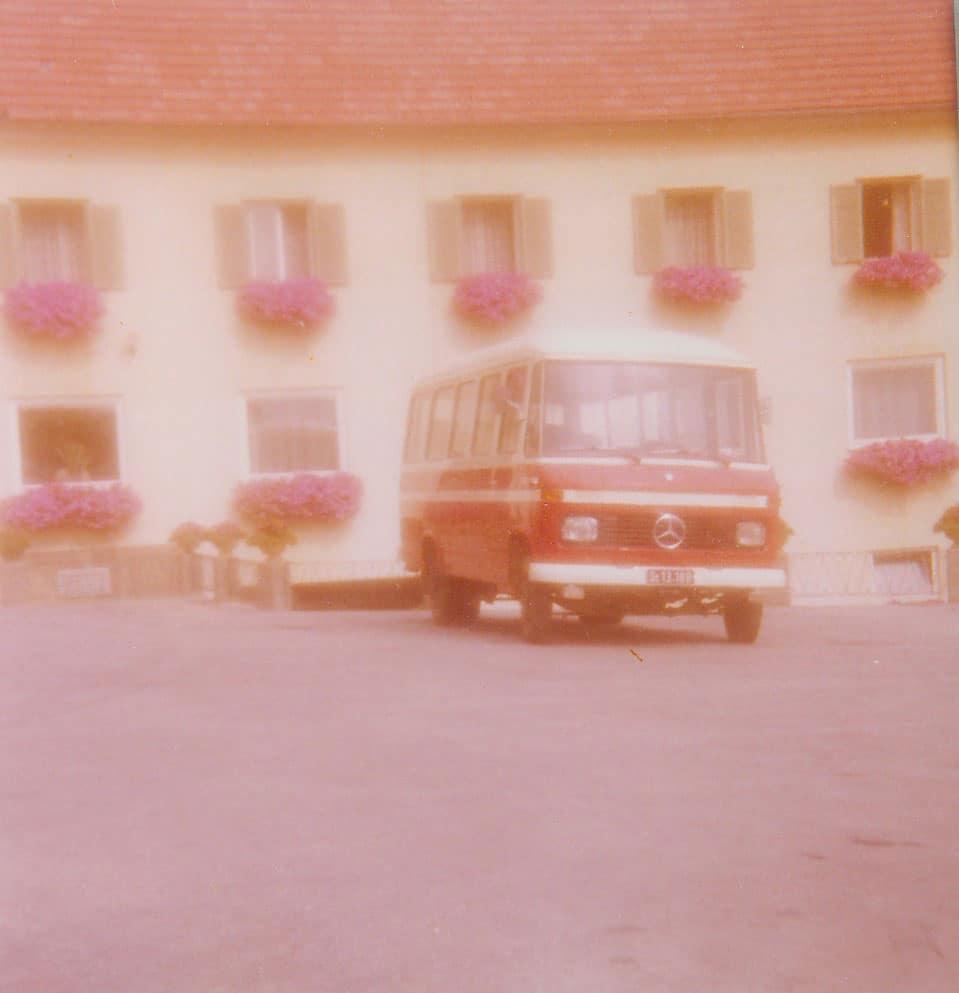 Omnibus vor dem Seminarhotel Retter