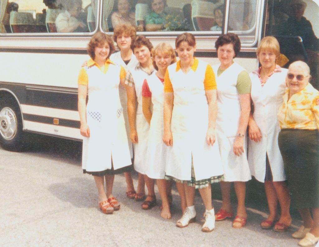 Damen vor Retter Reisen Bus