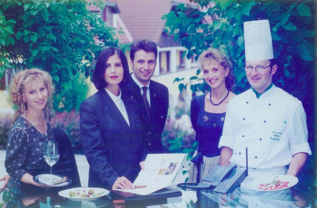Gruppenbild mit Koch, Kellner, Rezeptionistin und Ulli und Hermann Retter