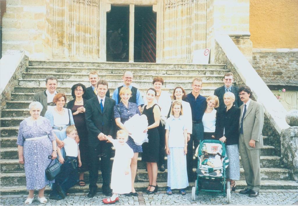 Familienbild von Familie Retter vor Pöllauberger Kirche