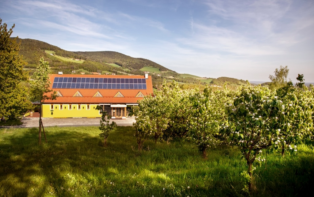 BioGut Außenansicht im Frühling des Bio-Natur-Resorts Retter am Pöllauberg