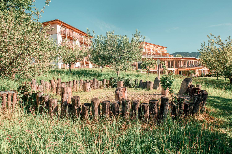 Baumkreis im Garten des Retter Bio-Natur-Resorts am Pöllauberg