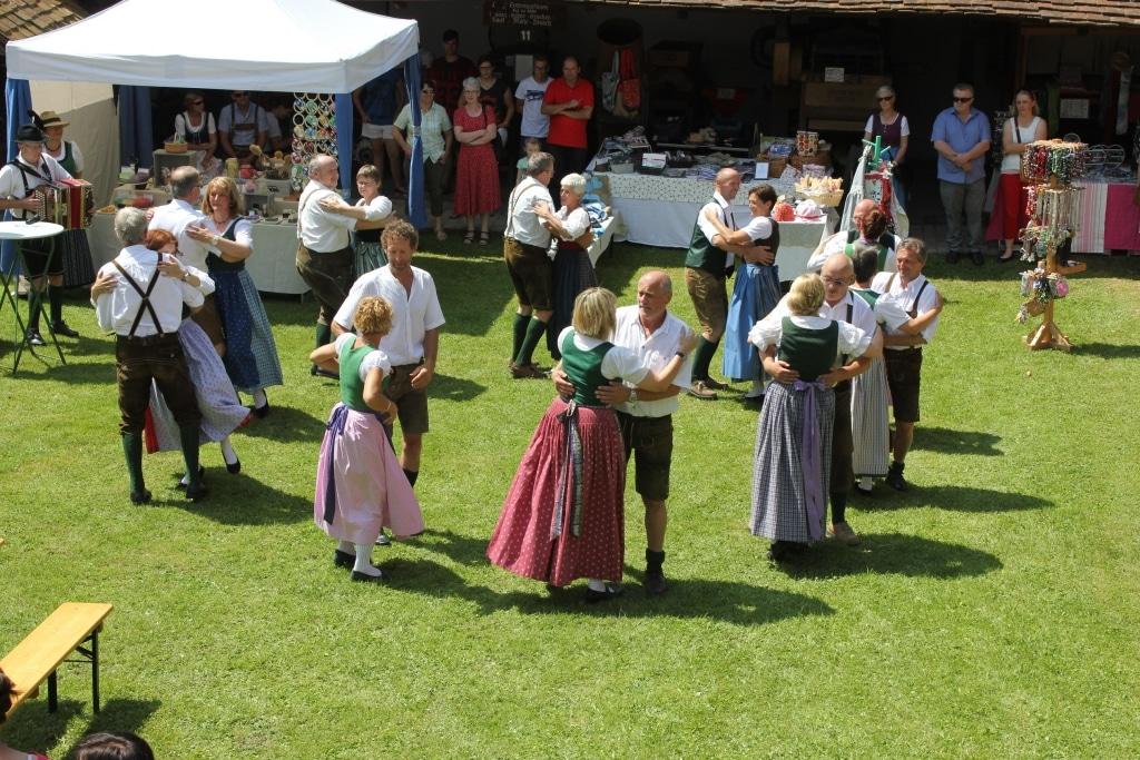Tanzende Leute im Freilichtmuseum Vorau Ausflugsziel von Biohotel Retter