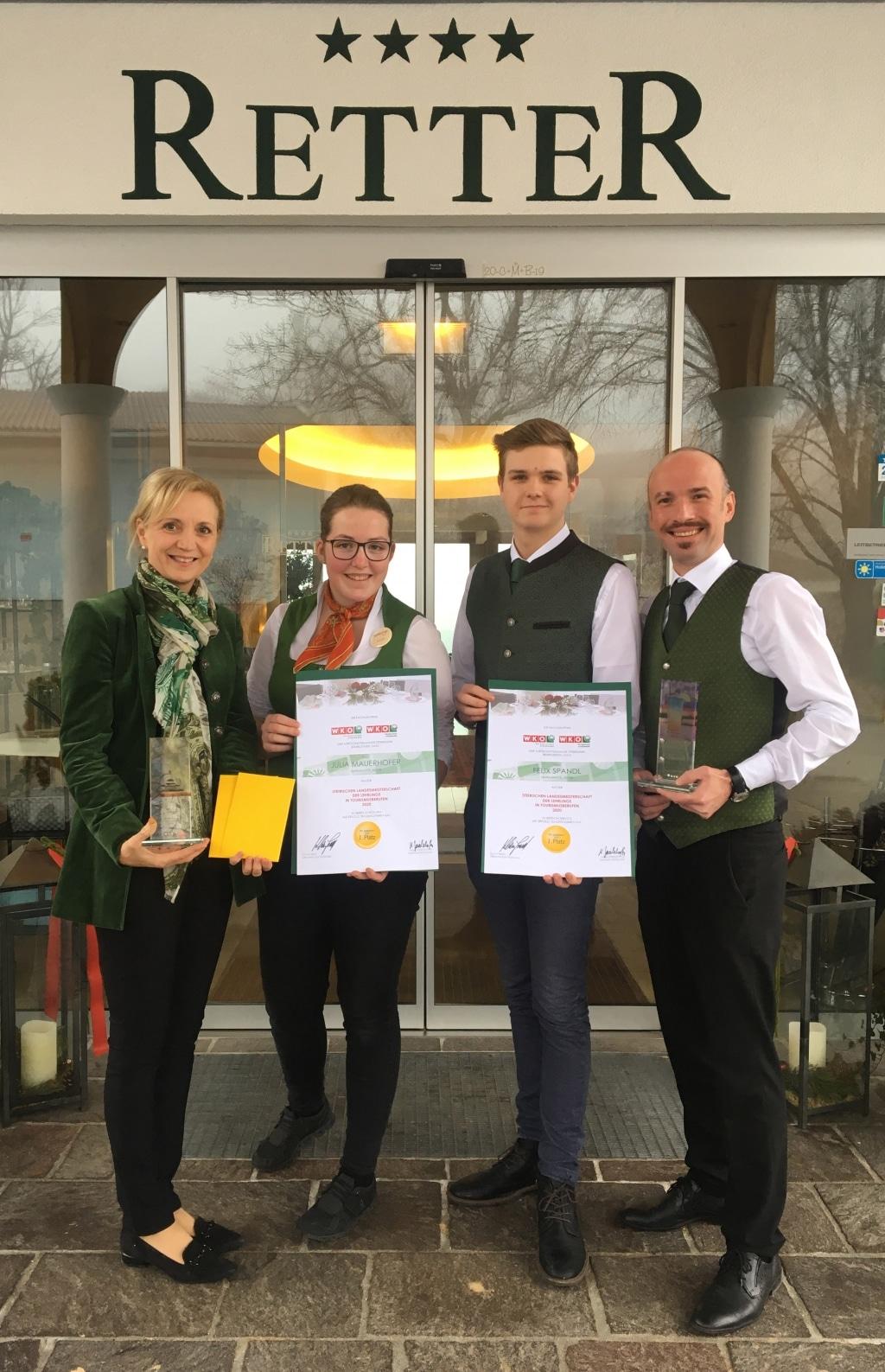 Ulli Retter und Erwin Maier gratulieren Felix Spandl und Julia Mauerhofer zum Gold bei den Landesmeisterschaften der Gastronomie