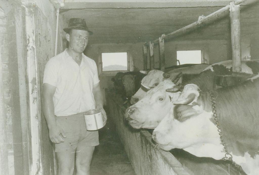 Hermann Retter bei Stallarbeit