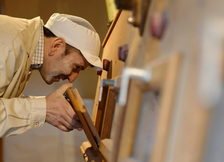 Bäcker schaut in den Ofen Posch Mühle Hartberg Ausflugsziel Biohotel Retter