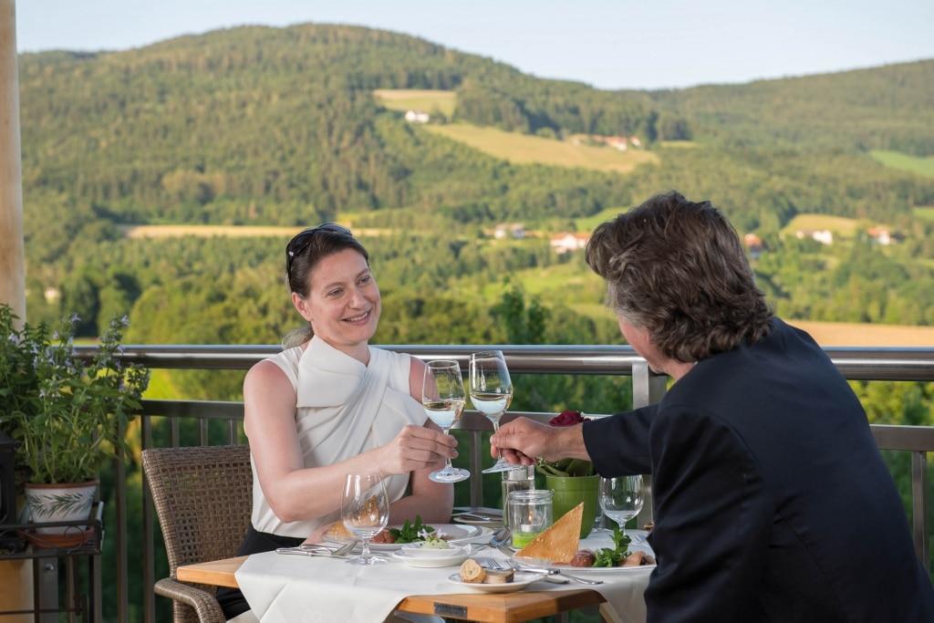 Genießen im Retter Bio-Natur-Resort, der ideale Abendausklang von einer Cabrio Tour oder Rallye